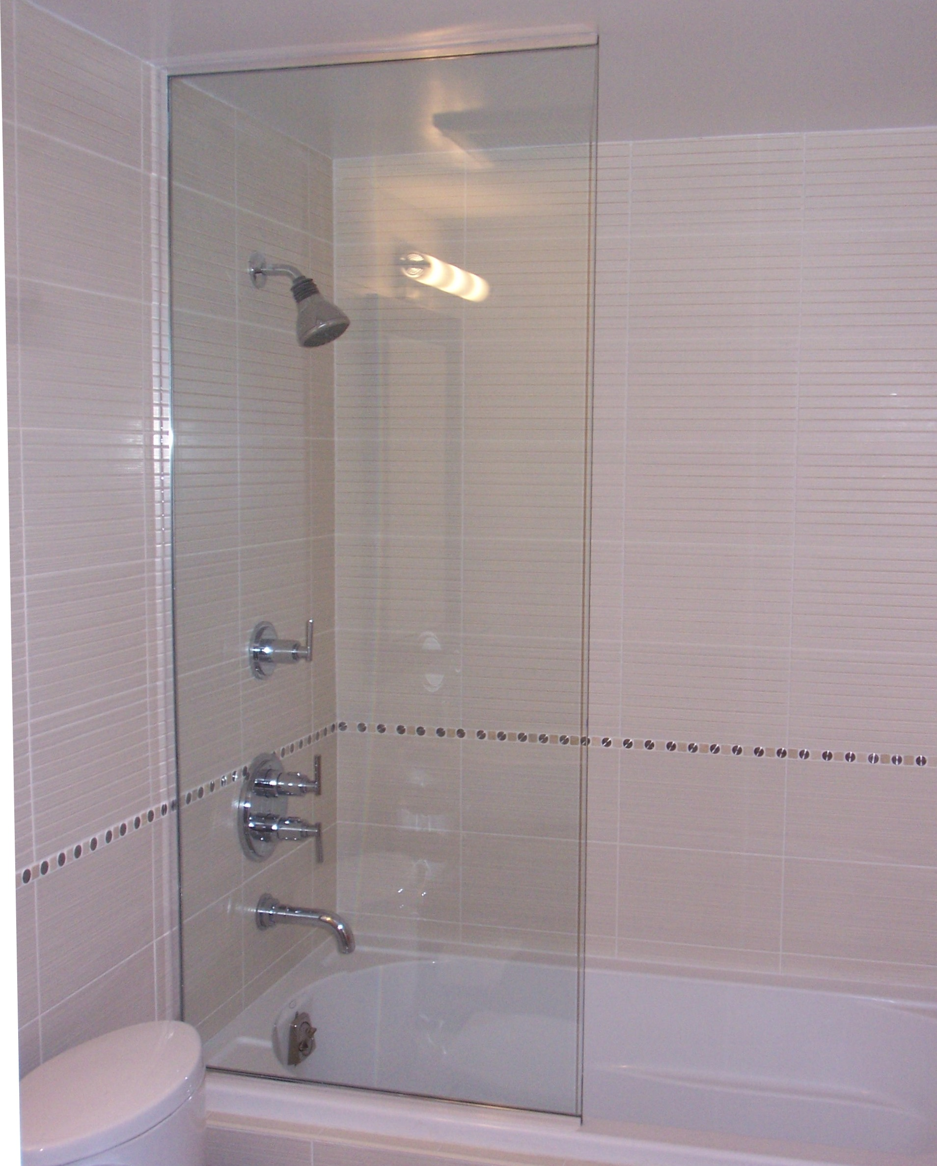 Frameless Fixed Spray Panel On Tub